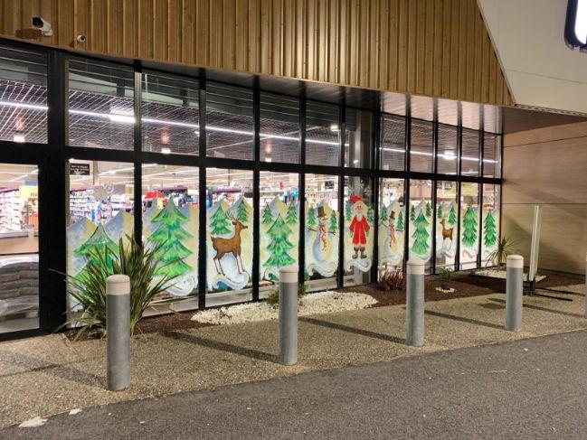 Enlèvement des peintures de noël magasin Intermarché de Laroque d'Olmes (09), DNA Propreté & Services