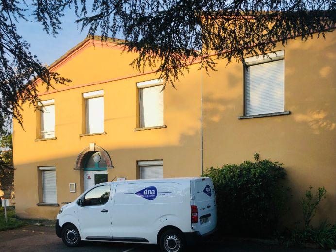 voiture DNA Propreté & services en face de maison fin de chantier
